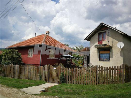 Plac sa dve kuće + traktor i priključne mašine
