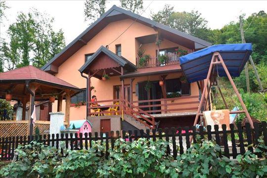 Odlična kuća sa velikim zelenim placem u gradskoj
