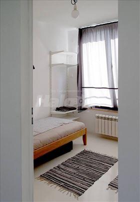 Dvokrevetna soba u centru Valjeva, kuhinja, toalet