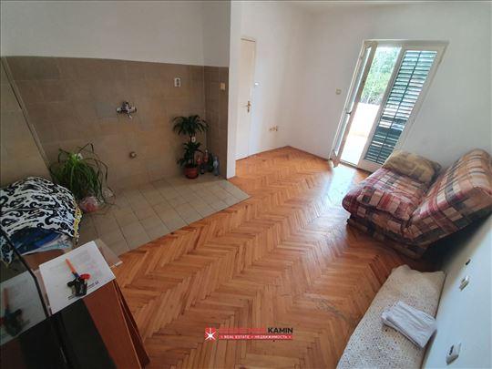 js1913 Na prodaju stan kod slovenske plaže u Budvi