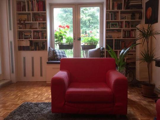 Moderna udobna fotelja