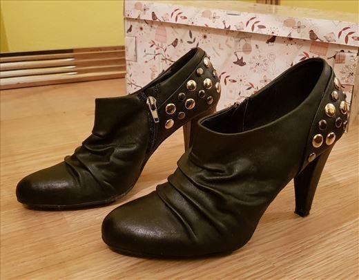 Crne cipele sa zlatnim nitnama