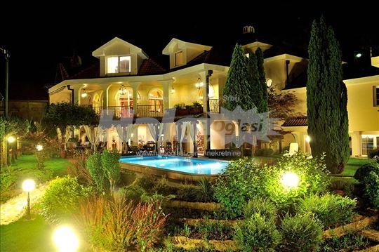 Kuća 800m2, bazen, teniski teren, dvorište