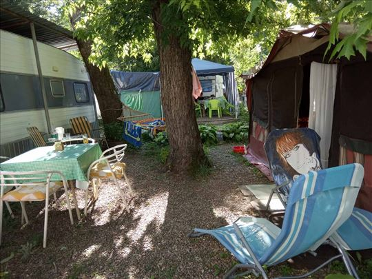 Kamp prikolica i mesto na Belocrvanskom jezeru