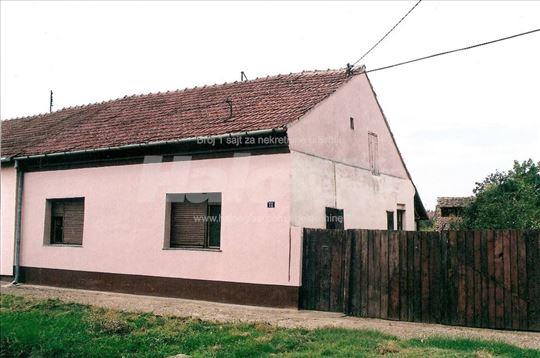 Prodajem kucu u centru sela Nakovo kod Kikinde