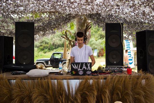 DJ sa ozvučenjem i rasvetom za vaše žurke