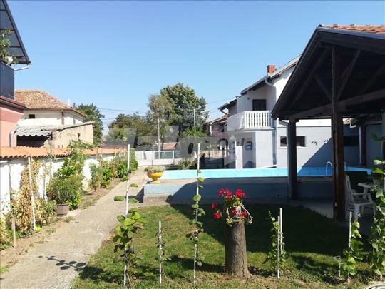 Kuća sa bazenom i  kućica sa tremom