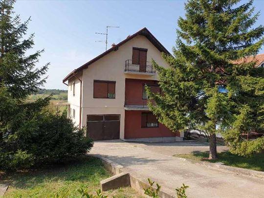 Mladenovac, kuća 192 m2 na 8 ari placa, uknjižena