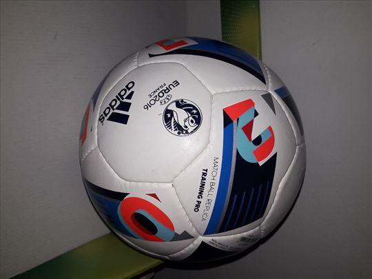 Adidas kozna fudbalska lopta