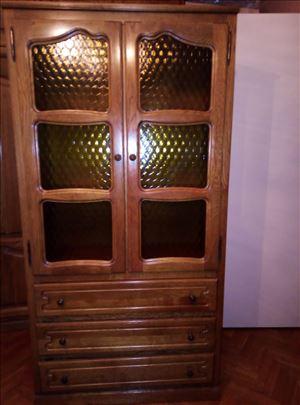 Ormar sa staklenom vitrinom i tri fioke