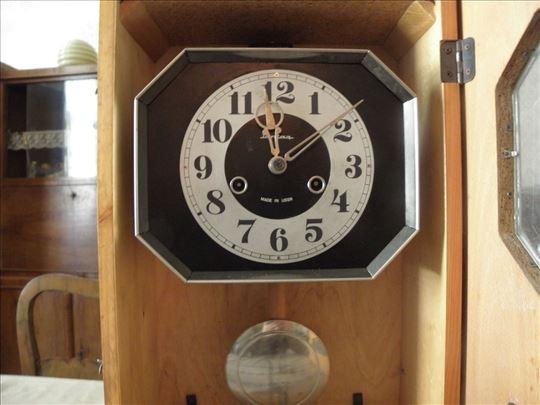 Zidni sat JantarSSSR,sa kljucem.Ima gong.Kompletan