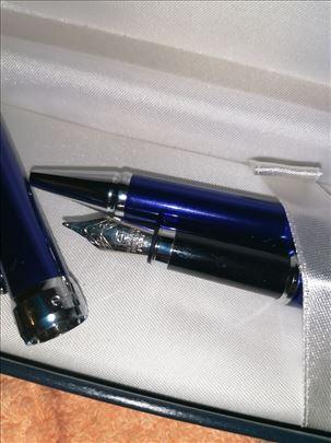 Senator naliv pero