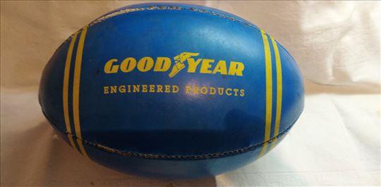 Lopta za ragbi Good Year ostecena kao na slikama.