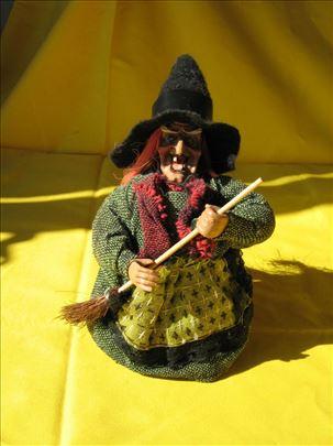 Lutka veštica na baterije