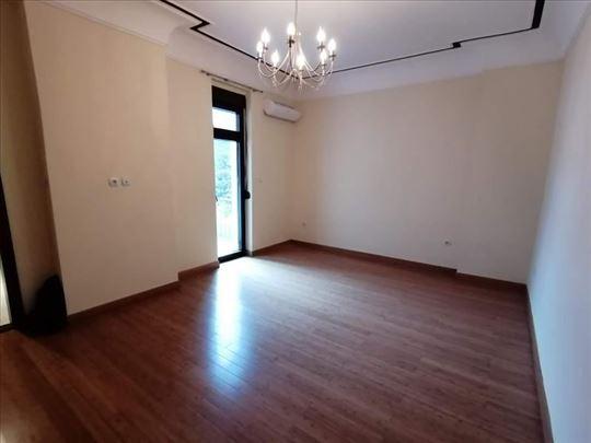 Odličan salonac  2,5  potpuno renoviran