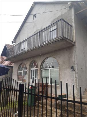 Porodicnu kucu sa dva cetvirosobna stana