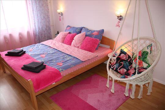 Pink Flamingo Nest dizajn apartman  stan-na-dan