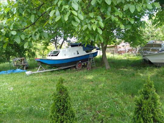 Metalni čamac sa kabinom 7 m duzina