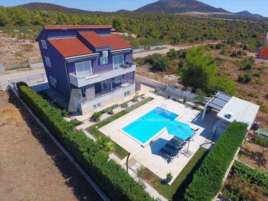 Prodajem LUX kuću 250m2 sa bazenom. Hrvatska, vike