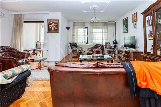 Na prodaju odlična kuća sa poslovnim prostorom u D