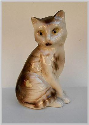 Figura mace od porcelana.