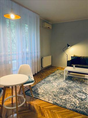 Moderan dvosoban stan u centru grada + parking