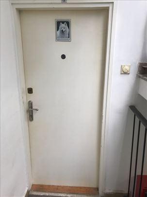 Prodaje se brava sa vratima!