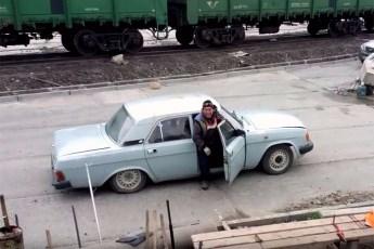 KAO OKLOPNI TRANSPORTER: Pogodite koliko je ljudi izašlo iz ove Volge!? (VIDEO)