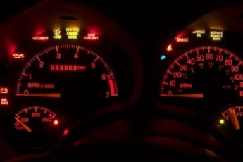 """Šta auto pokušava da vam """"kaže"""" – mali vodič kroz signalne lampice"""