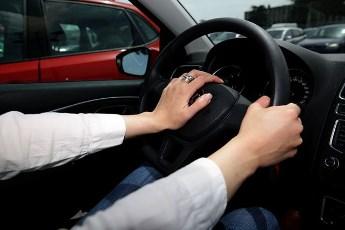 Šta otkriva položaj ruku na volanu