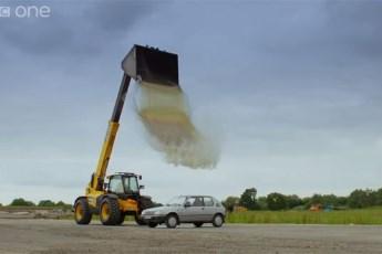 Šta se dešava kada na auto prospete 4 kubna metra vode? (VIDEO)