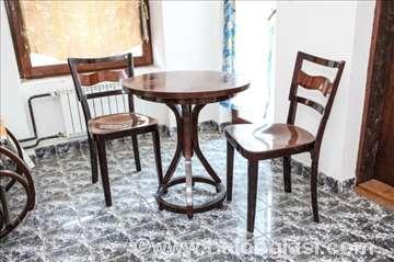 Okrugli sto i dve stolice