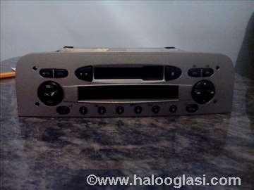 Fabricki radio kasetofon sa kodom za Alfu 147