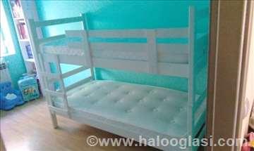 Beli kreveti na sprat sa dušecima