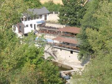 Kuça sa restoranom na reci Kamenici