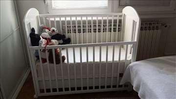 Bebi krevetac sa dušekom i komoda za presvlačenje
