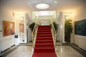 Novi Beograd, kod Hotela YU, kuća 250 m2+40 m2