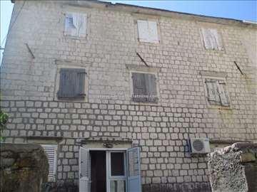 Na prodaju kamena kuća 20m od mora, Prčanj