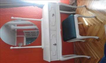 Bračni krevet i tolalet ogledalo sa stolicom