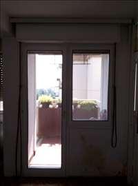 Balkonska vrata i prozor sa roletnama