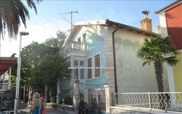 Kuća 10m od mora az renoviranje, okolina H.Novog
