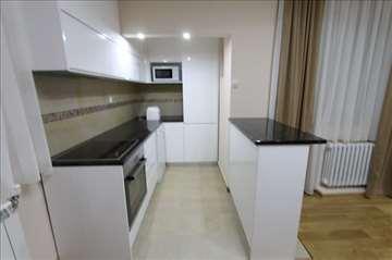 LUX, moderan, potpuno renoviran 3.0 stan, garaža
