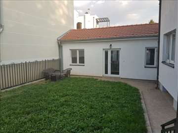 Porodična kuća sa lepim dvorištem na Senjaku