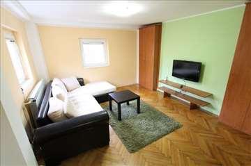 Renoviran stan na odličnoj lokaciji- POVOLJNO!!!